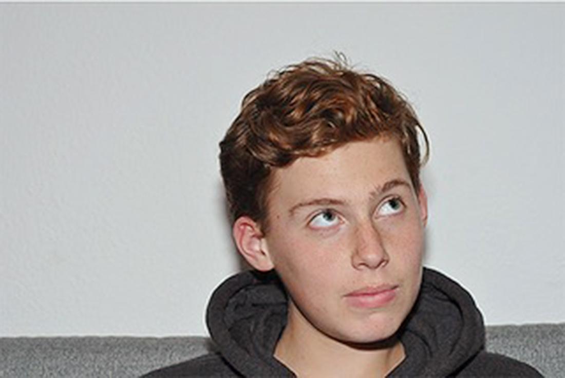 Vincent ist ein rothaariger 13-Jähriger, der nach oben blickt.